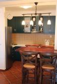 Кухня. Черногория, Костаньица : Апартамент для 5 человек с двумя спальнями, двумя ванными комнатами и балконом с шикарным видом на море, 10 метров до пляжа