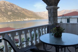 Балкон. Черногория, Костаньица : Апартамент для 2 человек с отдельной спальней и балконом с шикарным видом на море, 10 метров до пляжа