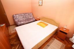 Спальня. Черногория, Игало : Апартамент для 6 человек с двумя отдельными спальнями, с двумя террасами и видом на море