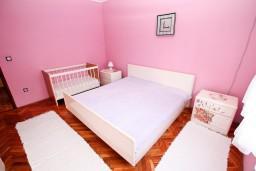 Спальня 2. Черногория, Игало : Апартамент для 6 человек с двумя отдельными спальнями, с двумя террасами и видом на море