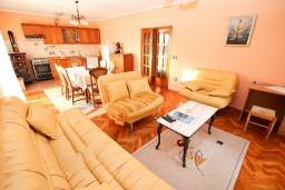 Гостиная. Черногория, Игало : Апартамент для 6 человек с двумя отдельными спальнями, с двумя террасами и видом на море