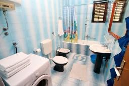 Ванная комната. Черногория, Игало : Апартамент для 6 человек с двумя отдельными спальнями, с двумя террасами и видом на море