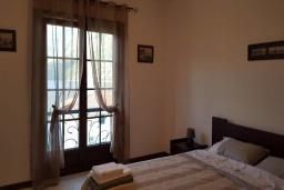 Спальня. Черногория, Костаньица : Роскошный апартамент для 6 человек с тремя спальнями и бассейном, 10 метров до пляжа