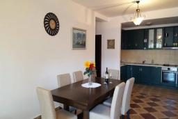 Кухня. Черногория, Костаньица : Роскошный апартамент для 6 человек с тремя спальнями и бассейном, 10 метров до пляжа