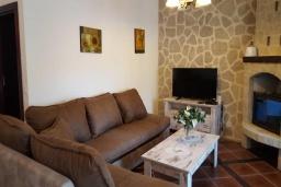 Гостиная. Черногория, Костаньица : Роскошный апартамент для 6 человек с тремя спальнями и бассейном, 10 метров до пляжа