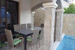 Терраса. Черногория, Костаньица : Роскошный апартамент для 6 человек с тремя спальнями и бассейном, 10 метров до пляжа