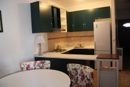 Кухня. Черногория, Костаньица : Роскошный апартамент для 6 человек с тремя спальнями и балконом с шикарным видом на море, 10 метров до пляжа