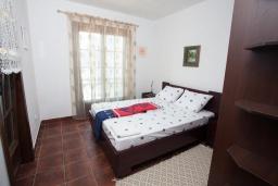Спальня. Черногория, Костаньица : Апартамент для 6 человек с тремя спальнями и балконом с шикарным видом на море, 10 метров до пляжа