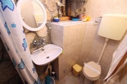 Ванная комната. Черногория, Нивице : Студия с террасой и видом на море, 10 метров до пляжа