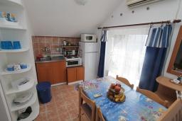 Кухня. Черногория, Нивице : Апартамент с 1 спальней и балконом с шикарным видом на море, 10 метров до пляжа