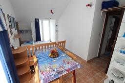 Обеденная зона. Черногория, Нивице : Апартамент с 1 спальней и балконом с шикарным видом на море, 10 метров до пляжа