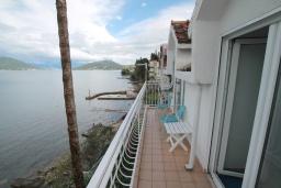 Балкон. Черногория, Нивице : Апартамент с 1 спальней и балконом с шикарным видом на море, 10 метров до пляжа