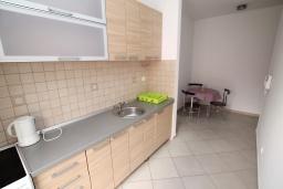 Кухня. Черногория, Игало : Студия в 30 метрах от пляжа и балконом с видом на море