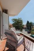 Балкон. Черногория, Дженовичи : Апартамент в 100 метрах от пляжа с гостиной, отдельной спальней и балконом