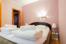 Спальня. Черногория, Дженовичи : Апартамент в 100 метрах от пляжа с гостиной, отдельной спальней и балконом