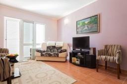 Гостиная. Черногория, Дженовичи : Апартамент в 100 метрах от пляжа с гостиной, отдельной спальней и балконом