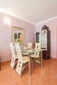 Обеденная зона. Черногория, Дженовичи : Апартамент в 100 метрах от пляжа с гостиной, отдельной спальней и балконом