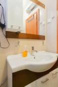 Ванная комната. Черногория, Дженовичи : Апартамент в 100 метрах от пляжа с гостиной, отдельной спальней и балконом