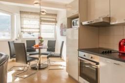 Кухня. Черногория, Дженовичи : Апартамент в 100 метрах от пляжа с гостиной, двумя спальнями и балконом