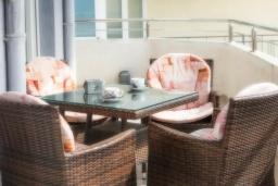 Балкон. Черногория, Дженовичи : Апартамент в 100 метрах от пляжа с гостиной, двумя спальнями и балконом