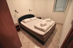 Спальня. Черногория, Дженовичи : Апартамент в 100 метрах от пляжа с гостиной, двумя спальнями и балконом
