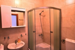 Ванная комната. Черногория, Дженовичи : Апартамент в 100 метрах от пляжа с гостиной, двумя спальнями и балконом
