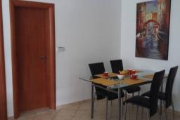Обеденная зона. Черногория, Дженовичи : Апартамент в 100 метрах от пляжа с гостиной, тремя спальнями и террасой