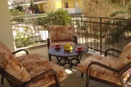 Терраса. Черногория, Дженовичи : Апартамент в 100 метрах от пляжа с гостиной, тремя спальнями и террасой