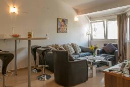 Гостиная. Черногория, Дженовичи : Апартамент в 100 метрах от пляжа с гостиной, двумя спальнями и балконом