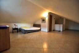 Спальня. Черногория, Дженовичи : Апартамент в 100 метрах от пляжа с гостиной, тремя спальнями и балконом