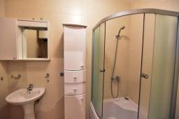 Ванная комната. Черногория, Дженовичи : Апартамент в 100 метрах от пляжа с гостиной, тремя спальнями и балконом