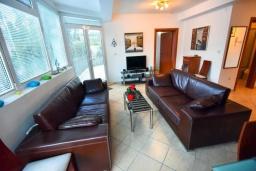 Гостиная. Черногория, Дженовичи : Апартамент в 100 метрах от пляжа с гостиной, тремя спальнями и балконом