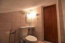 Туалет. Черногория, Дженовичи : Апартамент в 100 метрах от пляжа с гостиной, тремя спальнями и балконом