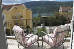 Балкон. Черногория, Дженовичи : Апартамент в 100 метрах от пляжа с гостиной, тремя спальнями и балконом