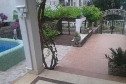Терраса. Черногория, Будва : Уютная вилла с бассейном и зеленым двориком с барбекю, 5 спален, 5 ванных комнат, парковка, Wi-Fi