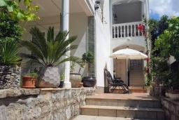 Фасад дома. Черногория, Будва : Уютная вилла с бассейном и зеленым двориком с барбекю, 5 спален, 5 ванных комнат, парковка, Wi-Fi