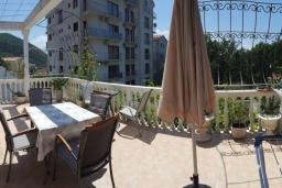 Балкон. Черногория, Будва : Уютная вилла с бассейном и зеленым двориком с барбекю, 5 спален, 5 ванных комнат, парковка, Wi-Fi