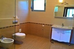Ванная комната. Черногория, Ульцинь : Прекрасная вилла с бассейном и видом на море, 4 спальни, 3 ванные комнаты, парковка, Wi-Fi