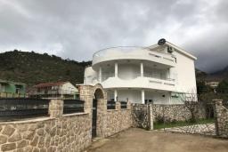Фасад дома. Черногория, Сутоморе : Уютная вилла с зеленым двориком и барбекю, 5 спален, 2 ванные комнаты, парковка, Wi-Fi