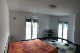 Спальня 3. Черногория, Сутоморе : Уютная вилла с зеленым двориком и барбекю, 5 спален, 2 ванные комнаты, парковка, Wi-Fi