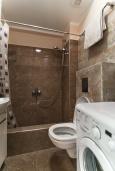 Ванная комната. Черногория, Будва : Современный апартамент с гостиной, отдельной спальней и балконом с видом на море