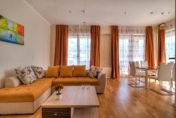 Гостиная. Черногория, Будва : Современный апартамент с гостиной, двумя спальнями и балконом с видом на море