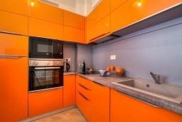 Кухня. Черногория, Будва : Современный апартамент с гостиной, двумя спальнями и балконом с видом на море