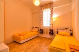 Спальня 2. Черногория, Будва : Современный апартамент с гостиной, двумя спальнями и балконом с видом на море