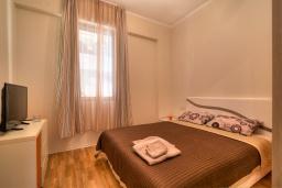 Спальня. Черногория, Будва : Современный апартамент с гостиной, двумя спальнями и балконом с видом на море