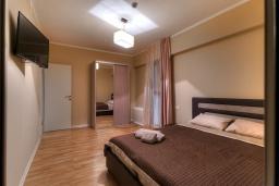 Спальня 2. Черногория, Будва : Современный апартамент с гостиной, четырмя спальнями, тремя ванными комнатами и балконом с видом на море