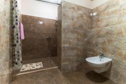 Ванная комната. Черногория, Будва : Современный апартамент с гостиной, четырмя спальнями, тремя ванными комнатами и балконом с видом на море