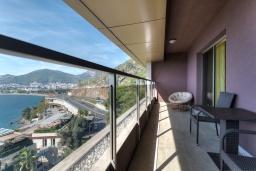 Балкон. Черногория, Будва : Современный апартамент с гостиной, четырмя спальнями, тремя ванными комнатами и балконом с видом на море