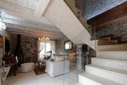 Лестница наверх. Черногория, Доня Ластва : Роскошная каменная вилла с приватным двориком и барбекю, 3 спальни, 3 ванные комнаты, парковка, Wi-Fi