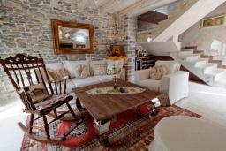 Гостиная. Черногория, Доня Ластва : Роскошная каменная вилла с приватным двориком и барбекю, 3 спальни, 3 ванные комнаты, парковка, Wi-Fi